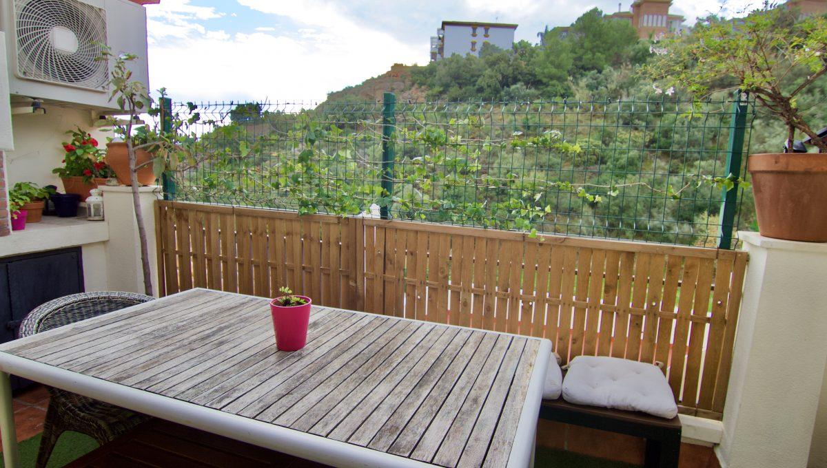 Apartamento en Benalmadena Pueblo con terraza y vistas al mar y montaña.